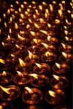 在西藏佛教寺庙的灼烧的蜡烛 免版税图库摄影