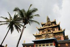 在西藏修道院的金黄寺庙在南印度 免版税库存照片