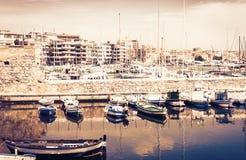 在西西里岛、帆船和游船的日落在旧港口,奥提伽岛Ortigia海岛沿海岸区在西勒鸠斯西拉库萨 库存照片