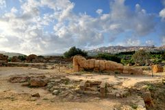 在西西里岛下落的古希腊雕象 免版税图库摄影