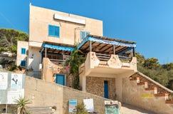 在西西里岛的地中海观看在Levanzo海岛上的独特的Paradiso餐馆 免版税图库摄影