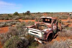 在西部在内地澳大利亚人的失败的卡车 库存照片