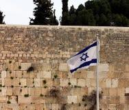 在西部墙壁的以色列旗子 库存照片