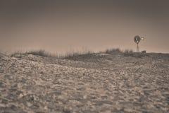 在西部得克萨斯沙漠的孤立风车 免版税图库摄影