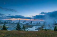 在西部拇指喷泉水池-黄石的日出 免版税库存照片