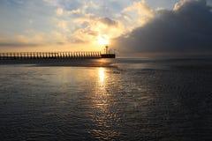 在西部海滩码头的日出 免版税库存照片