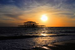 在西部码头的日落前在英国的南海岸的布赖顿,英国 库存图片