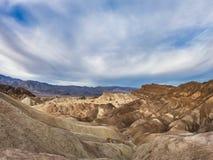 在西部美国、死亡谷沙漠和红色岩石视图的旅行与天空蔚蓝 库存图片