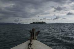 在西部苏门答腊海的小船乘驾 免版税库存照片