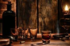 在西部酒吧的美国西部传奇威士忌酒玻璃 库存照片