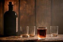 在西部酒吧的美国西部传奇威士忌酒玻璃 免版税库存照片