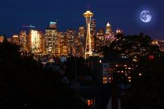 在西雅图,华盛顿上的上升的月亮 库存图片