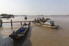 在西贡河的渔夫小船 免版税库存图片
