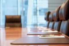 在见面前的空的会议室 免版税库存照片