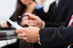 在见面期间的商人在办公室 免版税库存图片