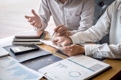 在见面的企业队对成交计划的投资贸易项目和战略在一间证券交易所的与伙伴,财政 免版税库存照片