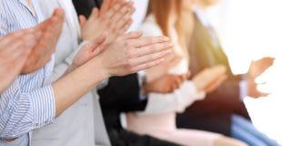 在见面的商人拍手和掌声或会议,手特写镜头  小组未知的商人和 免版税库存照片