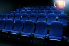 在观众席或电影院倒空蓝色位子 免版税库存照片