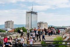 在观光旅游中的年轻人参观老中世纪堡垒的大小组在Nis,塞尔维亚,欧洲城市 免版税库存照片