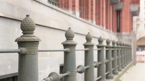 在观光旅游的夫妇在城市 股票视频