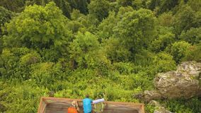 在观察台的寄生虫飞行和享用山的游人人环境美化 股票视频