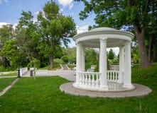 在观察台的树荫处在公园 免版税库存图片