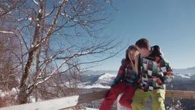 在观察台的逗人喜爱的年轻夫妇,聊天和笑,他在她白肤金发的头上把敞篷放 惊人的风景 股票视频