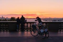 在观察台的黎明血污的Vorobyovy的 在爱的夫妇 自行车 图库摄影