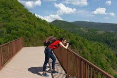 在观察平台的游览在山储备的森林里 免版税库存照片