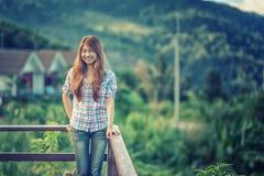 在观点的亚洲美好的少妇立场 免版税图库摄影