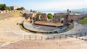 在观点的古老Teatro上格雷科在陶尔米纳 免版税图库摄影