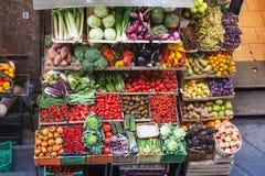 在观点的各种各样的新鲜的水果和蔬菜上 免版税图库摄影