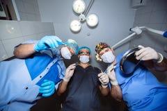 在观点的外科医生下在手上的拿着医疗仪器 概念健康 免版税库存图片