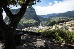 在观点的大炮在Faial和Penha de A?  guia或老鹰岩石,马德拉岛,葡萄牙 免版税库存照片