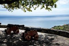 在观点的大炮在Faial和Penha de A?  guia或老鹰岩石,马德拉岛,葡萄牙 免版税库存图片