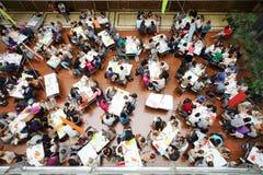 在观点的学生上在桌上 免版税库存图片