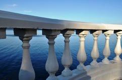 在观点的楼梯栏杆由湖在城市公园 免版税图库摄影