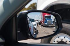 在观点的驾驶人搁浅巨型的交通的车展的旁边镜子在跨境40新墨西哥堆  免版税库存照片