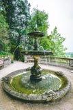 在观点英国乡下风景的乌龟喷泉 免版税库存图片