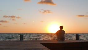 在观看日落的人的仔细的审视 影视素材