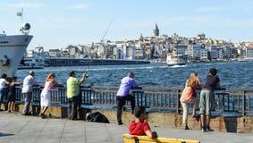 在观看游人的海滩的伊斯坦布尔风景看 库存照片