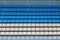 在观看的平台的空的色的塑料位子 免版税库存照片