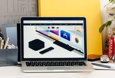 在规格的网站介绍的苹果计算机电视 免版税库存图片