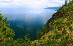 在视图上的小山湖 免版税库存图片