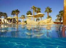在视图之下的池游泳池边 免版税图库摄影