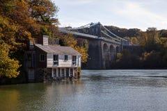 在视图之下的anglesey桥梁 库存照片