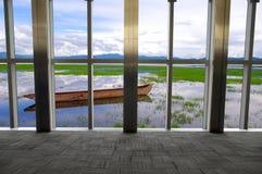 在视窗之外的湖 库存图片