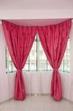 在视窗的窗帘 库存照片