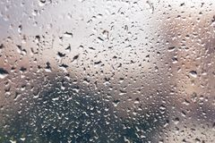 在视窗的雨下落 丢弃玻璃水视窗 背景 免版税图库摄影