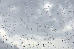 在视窗的雨下落 库存图片